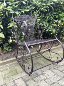 prachtige pitoreske schommelstoel smeedijzer kleur bruin